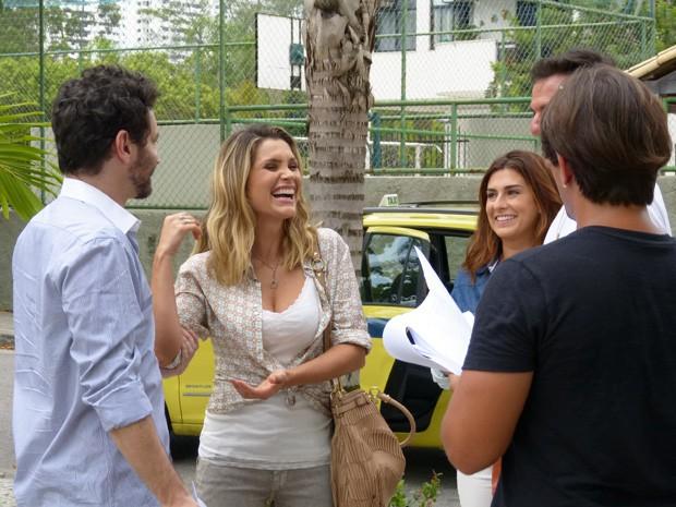 Flavia se diverte durante ensaio da cena (Foto: Salve Jorge/TV Globo)