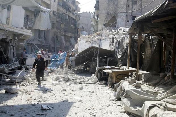 Governo da Síria acentua sua ofensiva com apoio da Rússia para dominar a cidade inteira (Foto: Abdalrhman Ismail/Reuters)