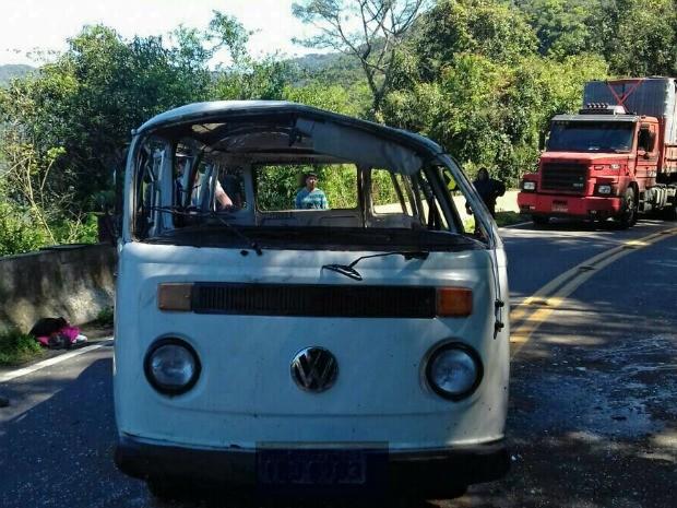 Kombi capotou na BR-116, em Campestre da Serra (Foto: PRF/Divulgação)