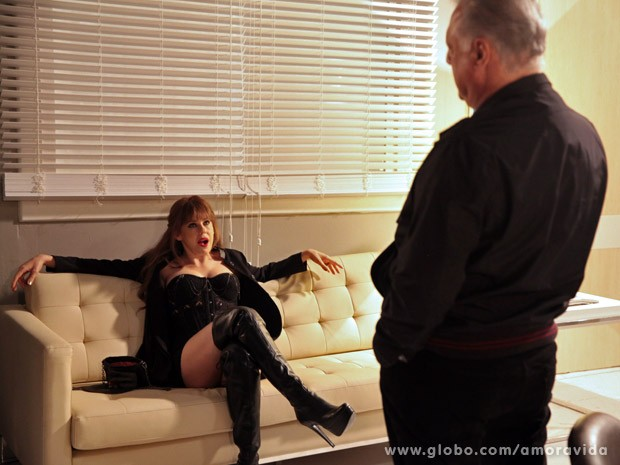 Em flashback, César faz proposta indecente a Edith (Foto: Amor à Vida / TV Globo)