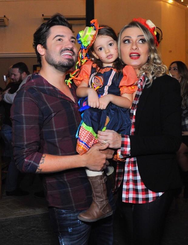Fernando Zor com a mulher, Mikelly Medeiros, e a filha Alice (Foto: Samuel Chaves/Brazil News)
