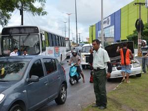 Trânsito ficou congestionado no bairro dos Bancários, em João Pessoa, especialmente para quem segue na direção bairro - Centro (Foto: Walter Paparazzo/G1-PB)