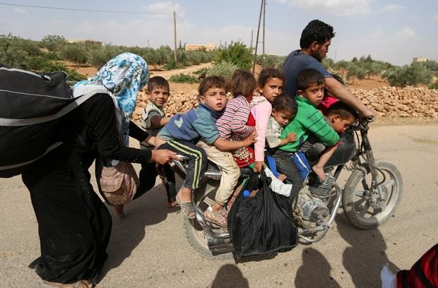 Sírio levou sete crianças em moto enquanto fugia da cidade Manjib (Foto: Rodi Said/Reuters)