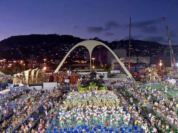 Desfile da Beija-Flor foi iluminado pelo nascer do dia e se encerrou por volta das 5h30 deste domingo (22) (Foto: Reprodução/G1)