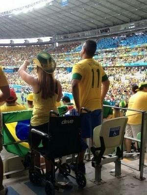 Cadeirante em pé no Castelão durante Brasil x México (Foto: Reprodução/Instagram)