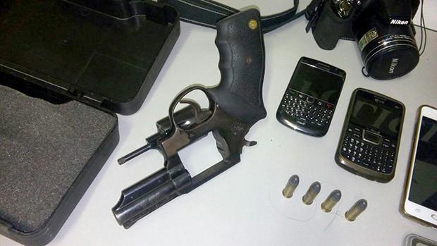 Arma e objetos roubados foram encontrados em Taubaté (Foto: Divulgação/ Polícia Civil)