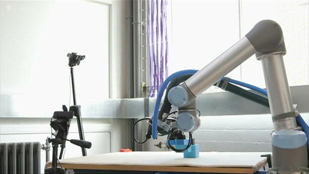 Pesquisadores britânicos desenvolveram um robô capaz de construir outros robôs ainda melhores sem intervenção humana. (Foto: BBC)