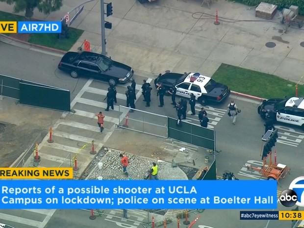 Imagem da rede ABC mostra a polícia em frente ao campus da Universidade da Califórnia nesta quarta-feira (1º) após relato da presença de um atirador (Foto: KABC-7 via AP)