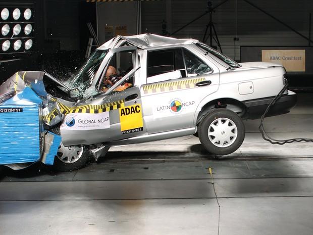 Nissan Tsuro foi reprovado em teste de colisão (Foto: Latin NCap)