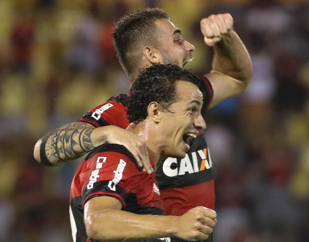 Damião e Vizeu vibram em jogo que ambos foram titulares: goleada por 5 a 1 sobre a Portuguesa no Carioca (Foto: Gilvan de Souza / Flamengo)
