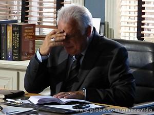 César entende o recado e faz cara de preocupação (Foto: Amor à Vida / TV Globo)