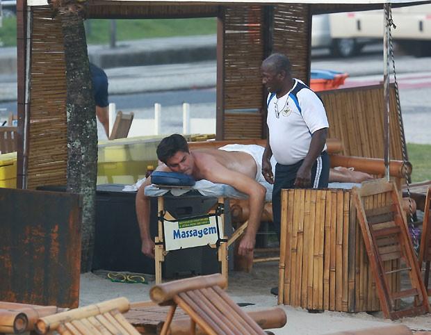 Thiago Lacerda faz massagem em praia (Foto: Dilson Silva/AgNews)