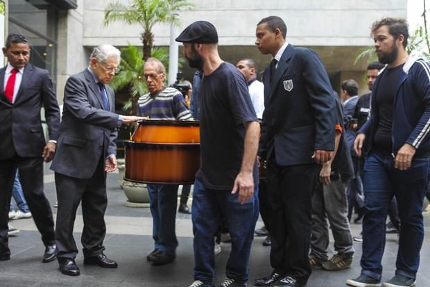 Corpo de Ferreira Gullar chega para enterro (Foto: Anderson Barros / EGO)