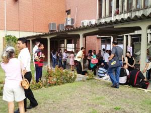 Servidores da UFPB ficaram impedidos de entrar na reitoria por conta do protesto estudantil desta segunda-feira em João Pessoa (Foto: Walter Paparazzo/G1)