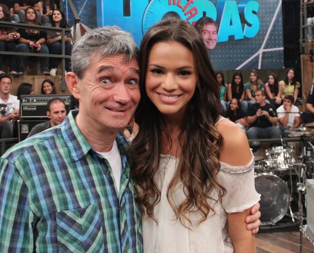 Serginho também posou para fotos com a atriz Bruna Marquezine (Foto: TV Globo/Altas Horas)