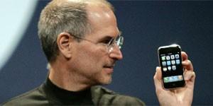 Steve Jobs apresenta o primeiro iPhone, em 2007 (Foto: Reuters)