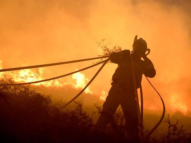 bombeiro combate fogo perto de Berango, no norte da Espanha (Foto: REUTERS/Vincent West)