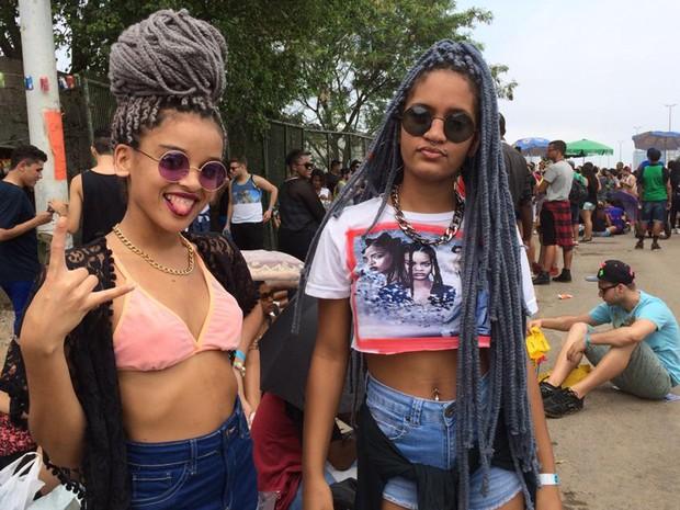 Fãs da Rihanna gastaram R$ 150 para deixar cabelo estiloso para o Rock in Rio. Meninas estão no evento pela primeira vez  (Foto: Matheus Rodrigues/G1)