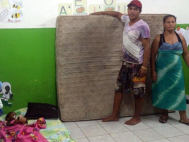 Cristiane Silva está com o marido e os cinco filhos no abrigo, sem saber como vai seguir com a vida (Foto: Juan Torres / TV Globo)