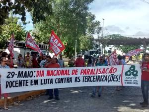 Professores realizam manifestação em Campina Grande (Foto: Gustavo Xavier/G1)