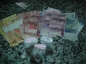 Droga e dinheiro apreendidos com três menores em Teresópolis (Foto: Divulgação/Polícia Militar)