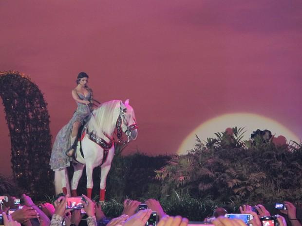 """Artista  cantou """"Céu Vermelho"""" montada em cavalo (Foto: Gabriel Barreira/G1)"""