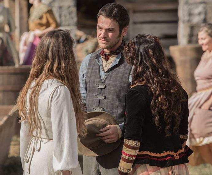 Pedro diz para Lívia ter cuidado com o Conde (Foto: Fábio Rocha/Gshow)