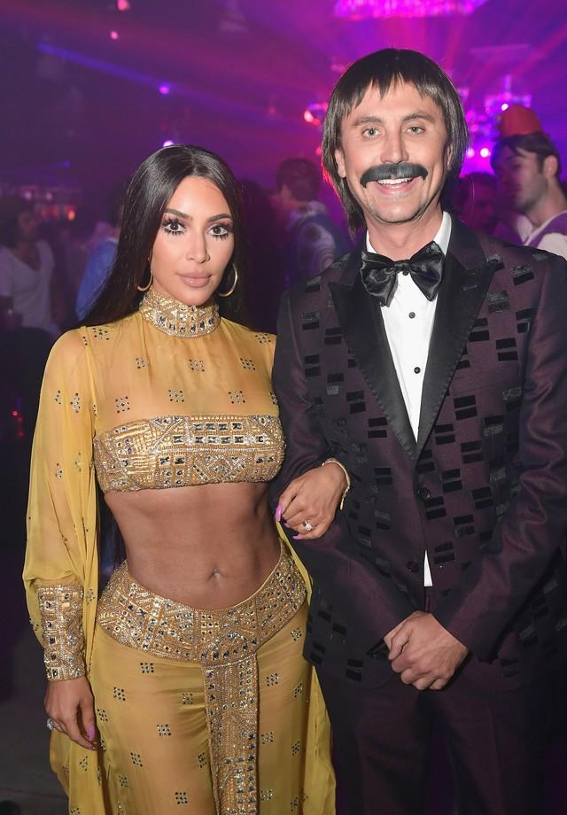 Kim Kardashian e Jonathan Cheban se vestiram de Cher e Sonny Bono (Foto: Getty Images)