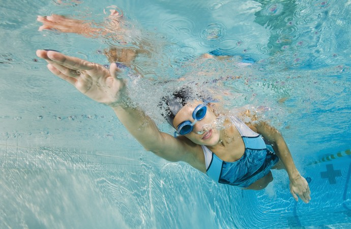 Mulher nadando genômica eutleta (Foto: Getty Images)