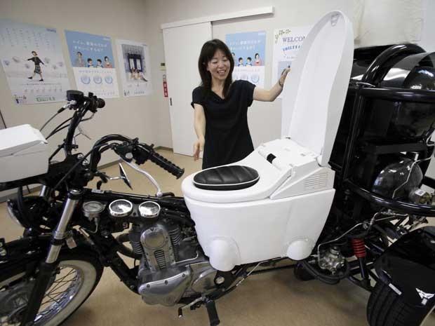 Um fabricante de louças e metais sanitários de luxo mostrou em seu showroom em Fujisawa, perto de Tóquio, no Japão, um triciclo de 250cc com um vaso sanitário adaptado capaz de transformar o seu conteúdo, a cada descarga, em um biocombustível para alimentar a propulsão do veículo.  (Foto: Koji Sasahara / AP Photo)