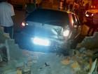 Rapaz é baleado, tenta fugir, mas bate carro em muro em Sertaneja