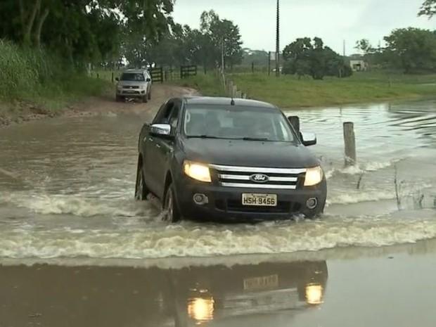 Em alguns pontos, as estradas foram 'engolidas' pela água nas vias de acesso ao assentamento Bela Manhã, em Taquarussu (Foto: Reprodução/TV Morena)