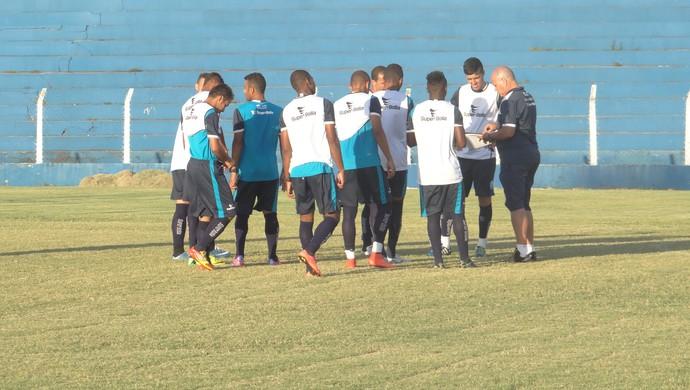 Bagé orienta grupo que iniciou treino entre os titulares nesta sexta-feira (Foto: Nívio Dorta/GloboEsporte.com)