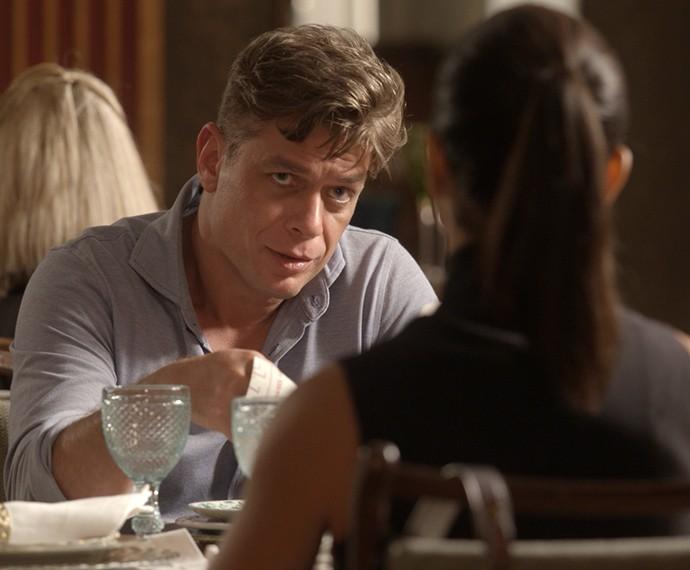 Arthur não quer ter um filho com Carolina (Foto: TV Globo)