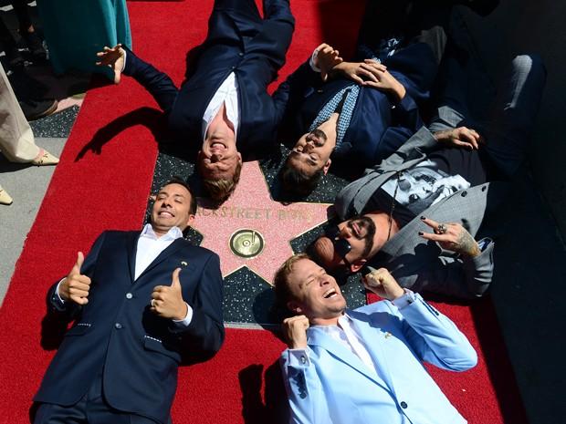 Integrantes do Backstreet Boys comemoram 20 anos de carreira com estrela na Calçada da Fama de Hollywood (Foto: AFP PHOTO/FREDERIC J. BROWN)