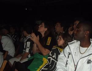 Mesmo com a derrota, torcedora confia no resultado positivo, em Belo Horizonte. (Foto: Patrícia Belo /globoesporte.com)