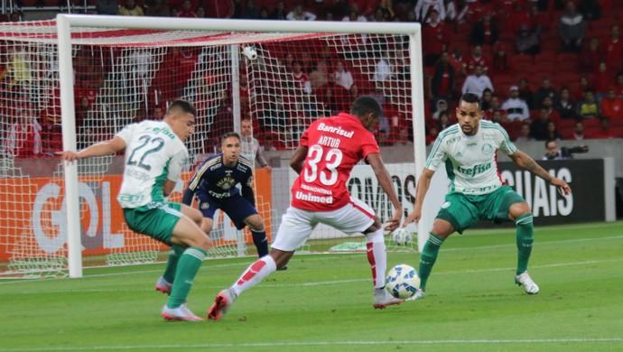 Artur tenta jogada contra o Palmeiras (Foto: Diego Guichard)