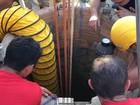 'Balde por balde' relata bombeiro sobre resgate de homem soterrado