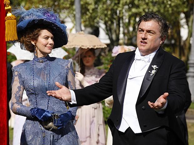 Ex-baronesa Constância quer conseguir um cargo para o marido (Foto: Lado a Lado / TV Globo)