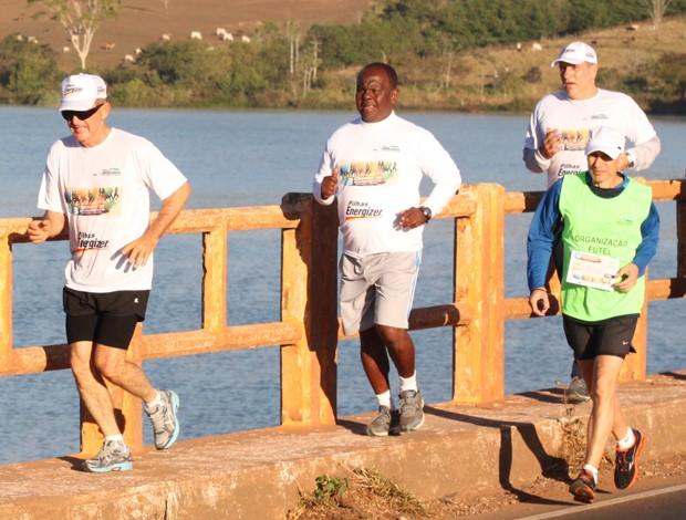 Alfredo se reúne com outros corredores todos os sábados (Foto: Vilmar Silva/Garra Esporte)