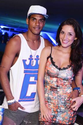 Marcello Melo Jr. e a namorada, Caroline Alves, em show na Zona Sul do Rio (Foto: Ari Kaye/ Divulgação)