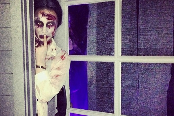 Demi Lovato ficou assustadora maquiada de assombração. E ela ainda encarnou o papel para as fotos! (Foto: Reprodução/Instagram)