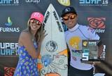 Surfista se empolga em discurso ap�s t�tulo e pede namorada em casamento
