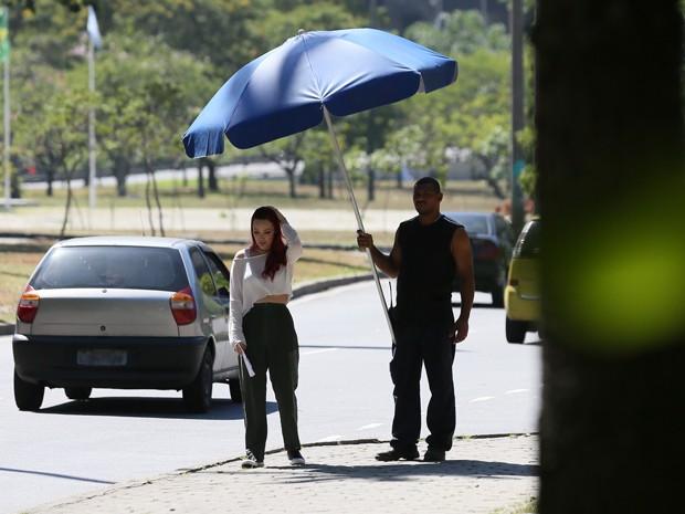 A atriz se protege do sol antes de começar a gravação (Foto: Isabella Pinheiro/TV Globo)