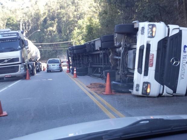 Carreta tombou no Km 78 da rodovia (Foto: Rota 116/Divulgação)