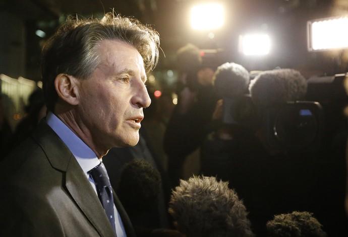 Sebastian Coe fala com jornalistas sobre caso de doping da Rússia (Foto: AP Photo/Frank Augstein)