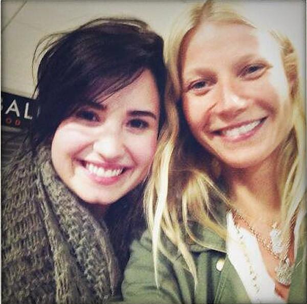 Gwyneth Paltrow cruzou com Demi Lovato no aeroporto e registrou o encontro (Foto: Twitter)