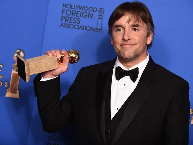 Richard Linklater recebe o Globo de Ouro de melhor direção. (Foto: Jordan Strauss/Invision/AP)