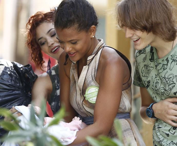 Lilica, Tadeu e Natasha encontram Maria na lata de lixo, em Paraisópolis (Foto: Raphael Dias/Gshow)