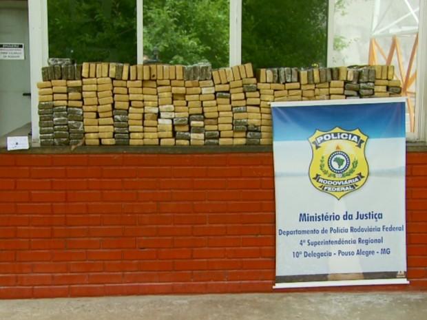 Droga foi encontrada dentro de carro que estava abandonado na Fernão Dias, em Campanha (Foto: Reprodução EPTV / Carlos Cazelato)